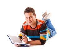 Libro di lettura dello studente dell'uomo che prepara per l'esame Immagini Stock Libere da Diritti