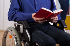 Libro di lettura disabile dell'uomo Fotografia Stock Libera da Diritti
