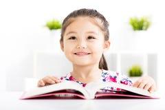 Libro di lettura felice della bambina Immagine Stock Libera da Diritti
