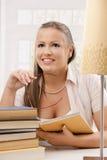 Libro di lettura felice della ragazza dell'allievo Immagine Stock Libera da Diritti