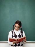 Libro di lettura femminile del nerd Fotografia Stock