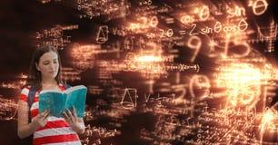 Libro di lettura femminile sopra il fondo di per la matematica Immagini Stock Libere da Diritti