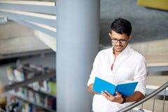 Libro di lettura indù del ragazzo o dell'uomo dello studente alla biblioteca Fotografia Stock Libera da Diritti