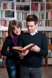 Libro di lettura insieme Fotografie Stock Libere da Diritti
