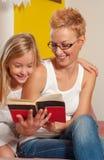 Libro di lettura insieme immagini stock
