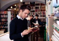 Libro di lettura in libreria Fotografia Stock Libera da Diritti