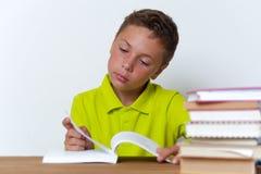 Libro di lettura pensieroso del ragazzo della Tween a casa Fotografie Stock Libere da Diritti