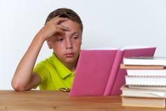 Libro di lettura pensieroso del ragazzo della Tween a casa Fotografia Stock Libera da Diritti