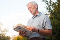 Libro di lettura scarno dell'uomo anziano Fotografia Stock Libera da Diritti