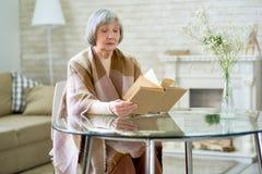 Libro di lettura senior elegante della donna fotografia stock