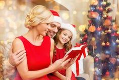 Libro di lettura sorridente della famiglia Fotografia Stock