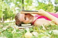Libro di lettura sorridente della ragazza Fotografia Stock Libera da Diritti