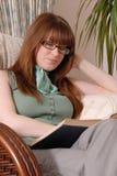 Libro di lettura sveglio della ragazza Immagini Stock