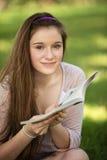 Libro di lettura teenager Immagini Stock Libere da Diritti