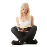 Libro di lettura teenager della donna immagine stock