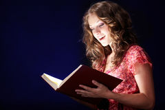 Libro di magia della lettura immagine stock libera da diritti