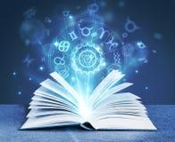 Libro di magia di astrologia fotografie stock libere da diritti