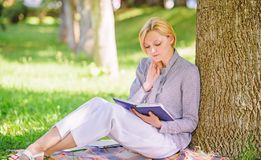 Libro di miglioramento di auto Signora di affari trova il minuto per leggere il libro per migliorare la sua conoscenza La ragazza immagini stock libere da diritti