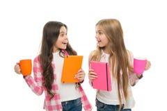 Libro di ragazza del bestseller Che cosa ? la vostra storia favorita Non c'? amico leale quanto il libro Tazza della tenuta della fotografia stock