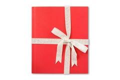 Libro di regalo rosso con il nastro Fotografie Stock Libere da Diritti