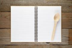Libro di ricetta con il cucchiaio immagine stock libera da diritti