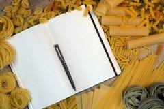 Libro di ricetta della pasta - spazio per testo immagine stock