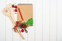 Libro di ricetta di Natale sul fondo del woodem Fotografie Stock Libere da Diritti