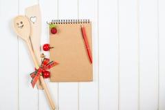 Libro di ricetta di Natale sul fondo del woodem Immagini Stock