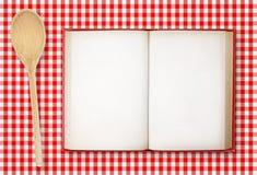 Libro di ricetta sulla tovaglia a quadretti fotografia stock libera da diritti