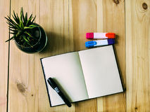 Libro di schizzo sulla tavola Immagini Stock