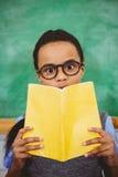 Libro di scuola sorpreso della tenuta dell'allievo Fotografia Stock Libera da Diritti