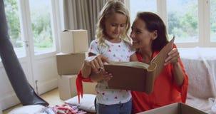Libro di storia della lettura della figlia e della madre a nuova casa 4k video d archivio