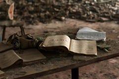 Libro di studio e maschera antigas aperti sulla tavola di legno davanti a rexf con i respiratori immagini stock libere da diritti