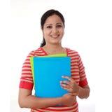 Libro di testo felice della tenuta della studentessa Fotografia Stock