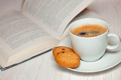 Libro e caffè con i biscotti Immagine Stock