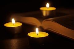 Libro e candele Immagine Stock