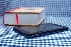 Libro e compressa fotografie stock