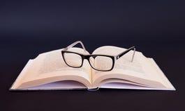 Libro e mela sulla tabella in bianco Fotografia Stock Libera da Diritti