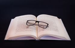 Libro e mela sulla tabella in bianco Immagine Stock Libera da Diritti