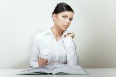 Libro e nota di lettura della donna di affari di bellezza Immagini Stock Libere da Diritti
