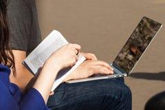 Libro e PC nelle mani della gente Immagini Stock Libere da Diritti