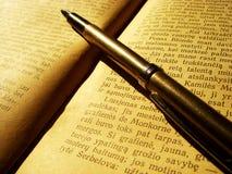 Libro e penna Fotografia Stock