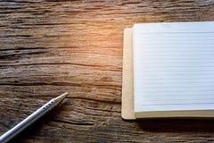 Libro e penna sulla tavola di legno Fotografie Stock