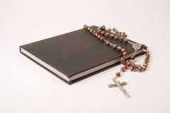Libro e rosario Immagine Stock