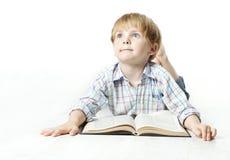 Libro e sogno di lettura del bambino di Llittle Immagine Stock