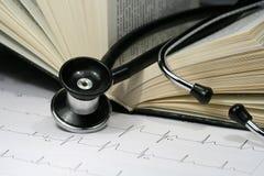 Libro e stetoscopio Immagini Stock