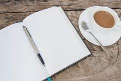 Libro e tazza di caffè sulla tavola di legno Immagine Stock Libera da Diritti