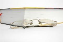 Libro e vetri immagini stock libere da diritti