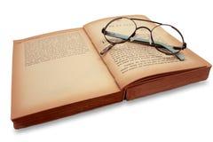 Libro e vetri. fotografie stock