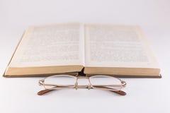 Libro e vetri su un fondo bianco Fotografia Stock Libera da Diritti